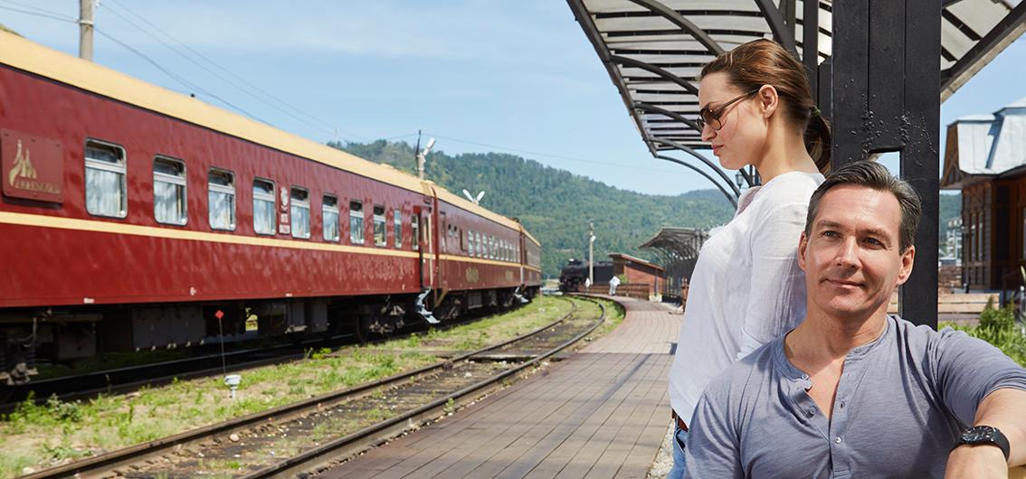 Couple à côté du Train Or des Tsars