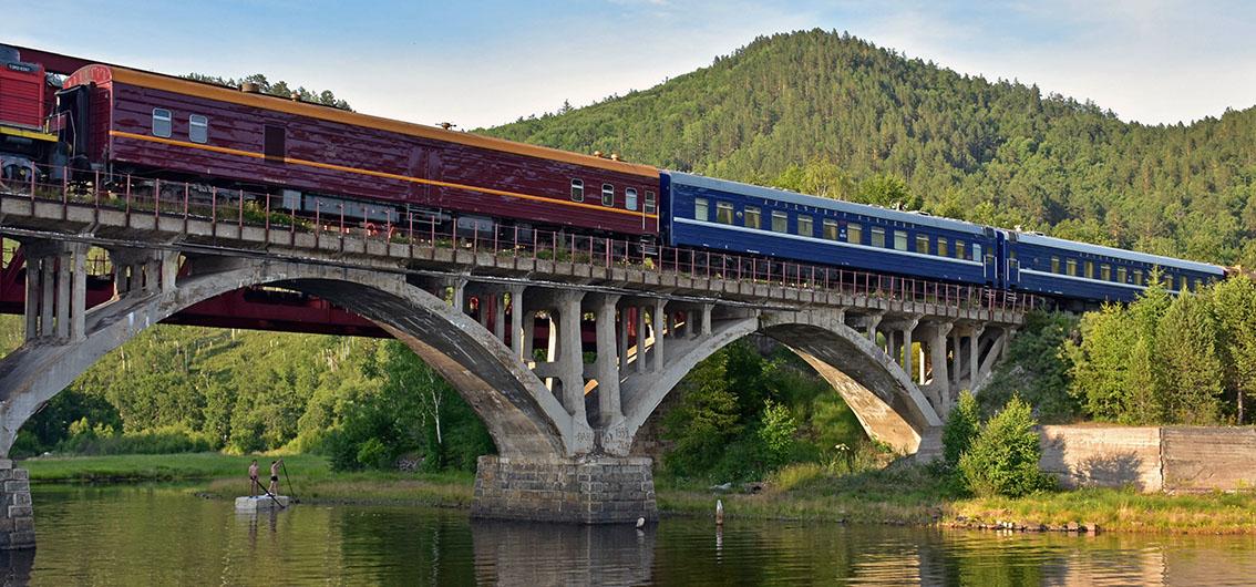 Train Or des Tsars sur pont